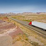 camion-en-la-carretera-de-utah_1426-18